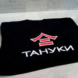 футболка с вышитым логотипом