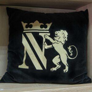 подушка с вышитым логотипом